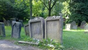 Zwei Märtyrergräber, die Pilgerort für Juden aus der ganzen Welt sind.
